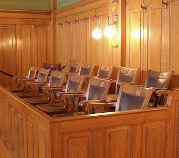 advokatskaya-zashhita-na-sude-prisyazhnyx